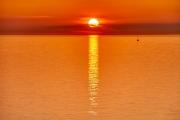 Sonnenuntergang mit einem kleinen Schiff auf der Ostsee