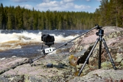 Kameraaufbau an einem wilden Fluss